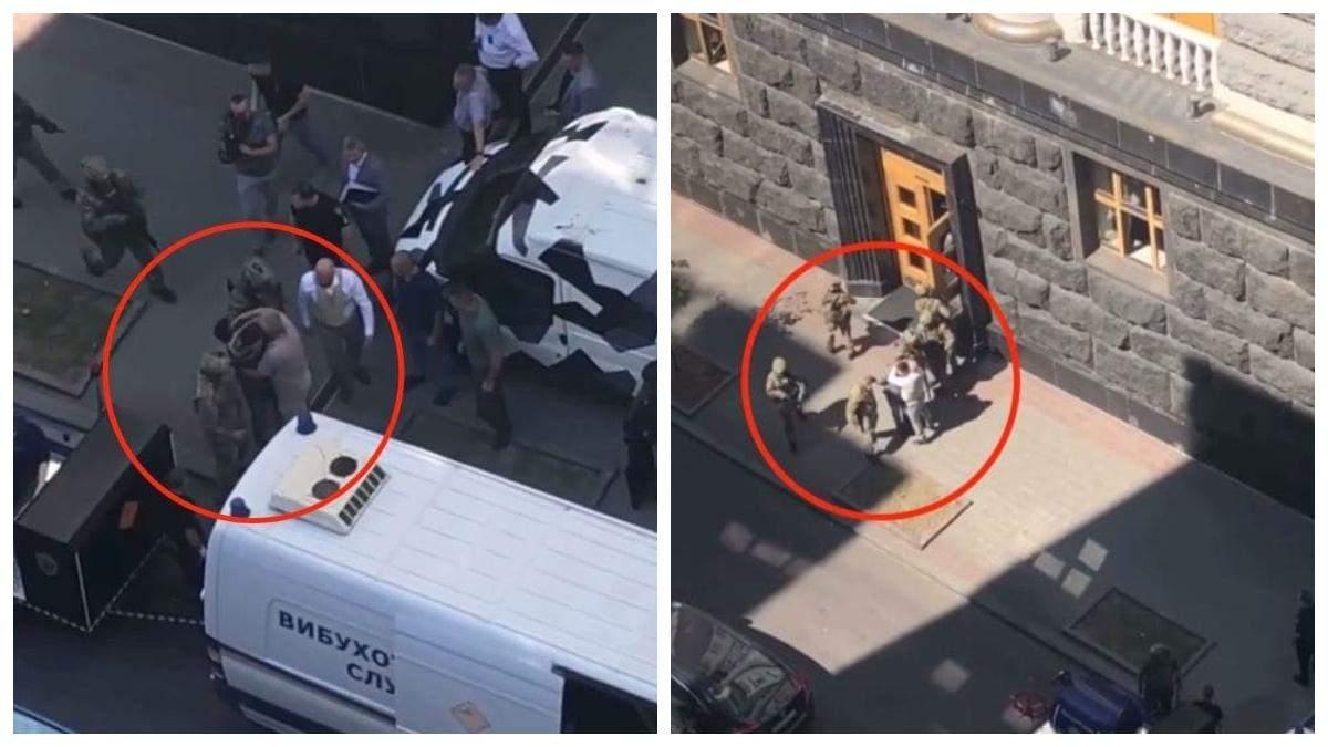 Захоплювача уряду після затримання обійняли 2 людей: фото