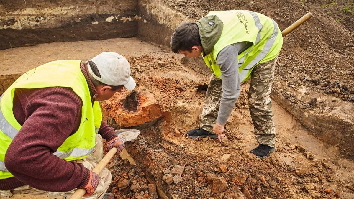 Тысяча лет под землей: на Львовщине нашли древний горн во время строительства дороги