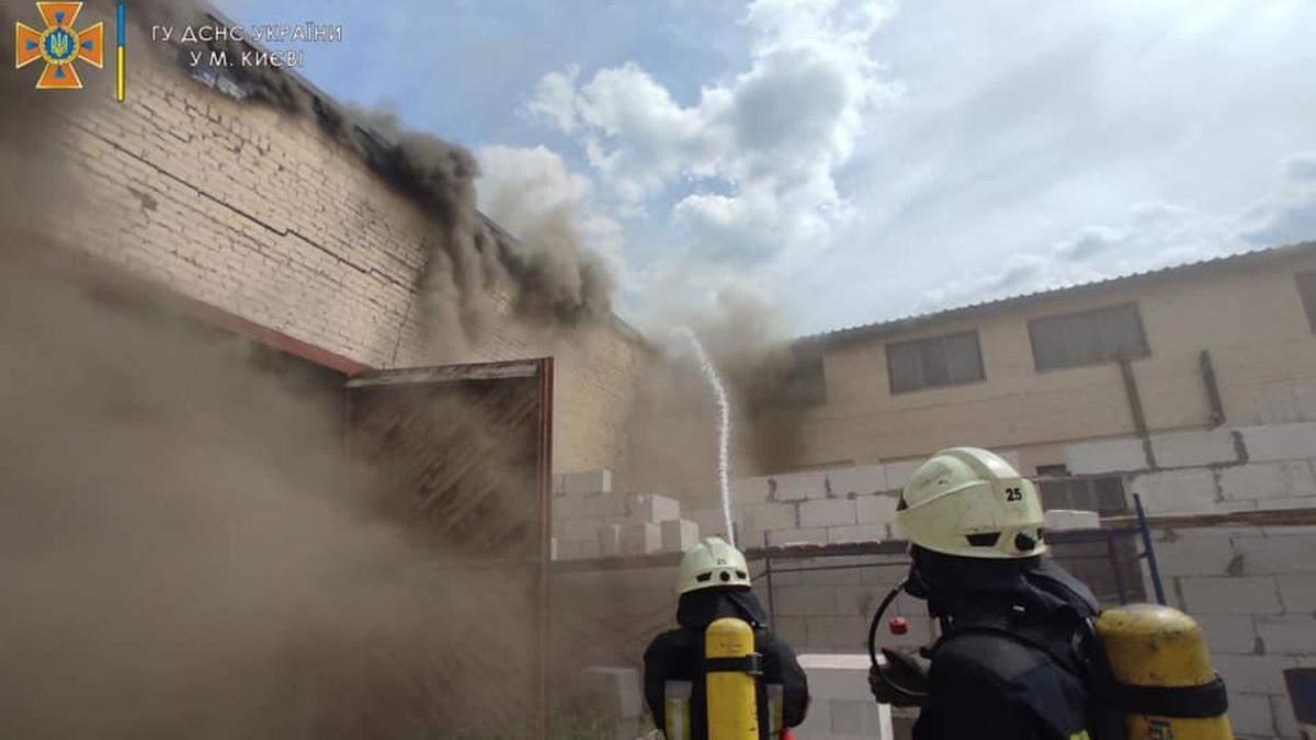 На Куреневке в Киеве масштабно пылает складское помещение