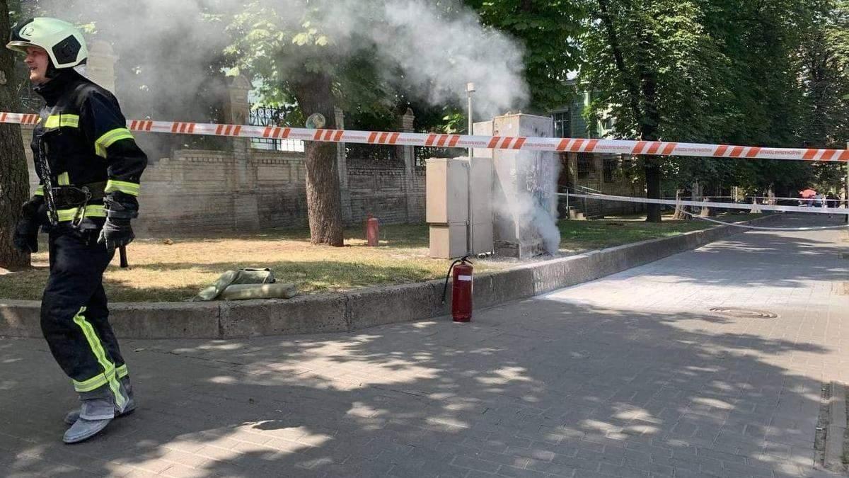 В Киеве возле Офиса президента загорелась трансформаторная будка