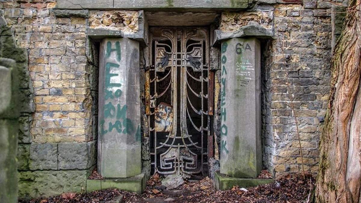 В Киеве пропала старинная калитка из склепа на Байковом кладбище
