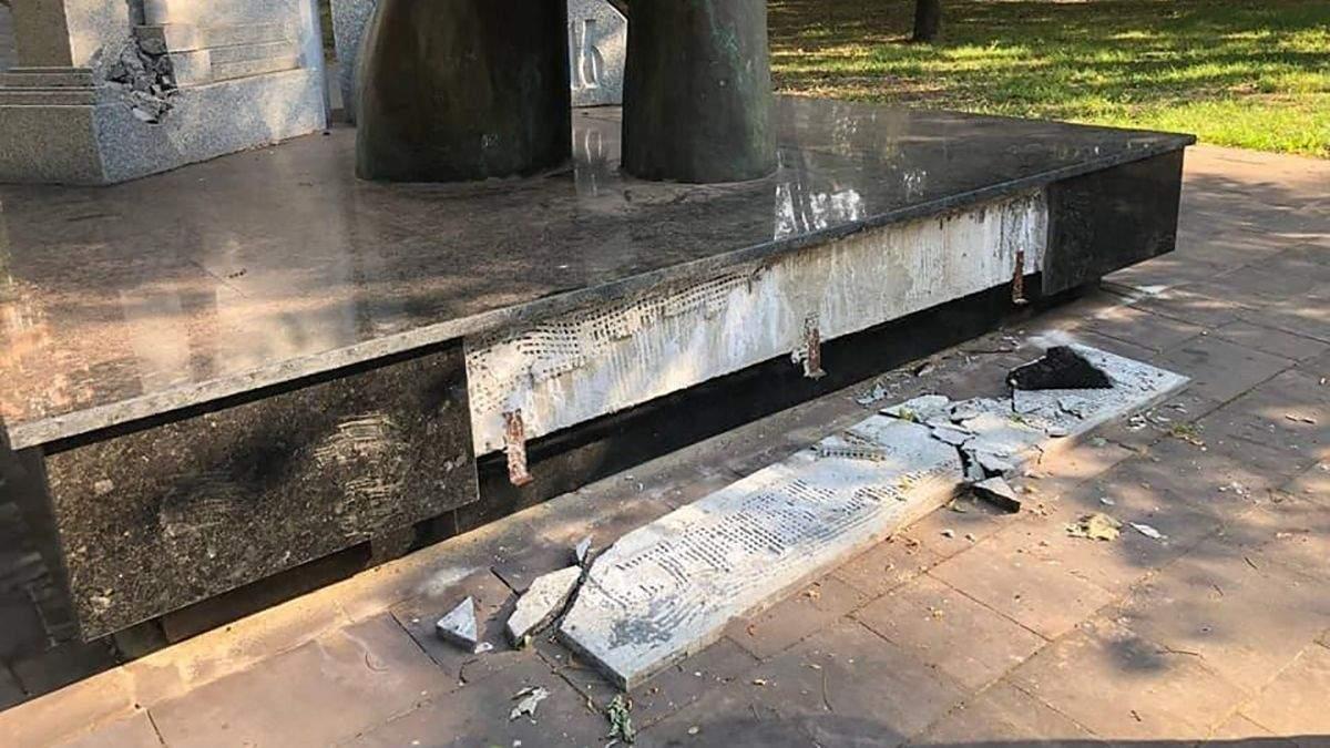 Пошкодили пам'ятники в Кривому Розі: фото руйнувань