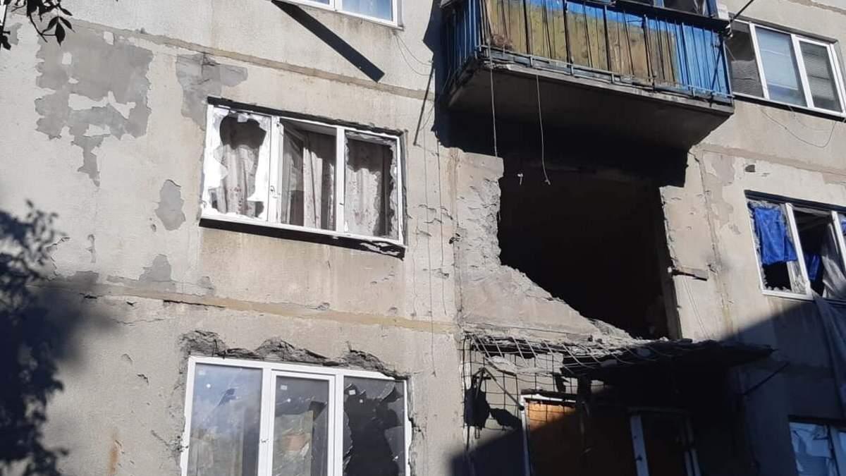 Бойовики обстріляли квартиру у Красногорівці: постраждав чоловік