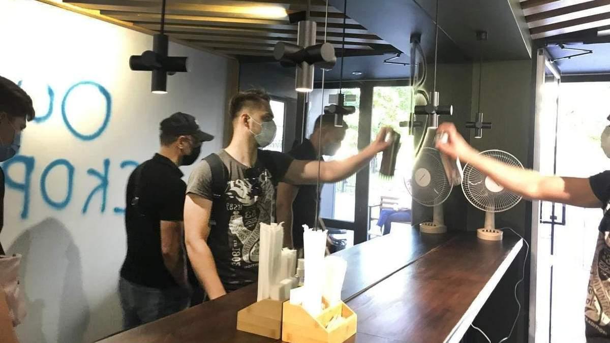 Напали на кафе депутата ОПЗЖ в Харькове: обрисовали стены