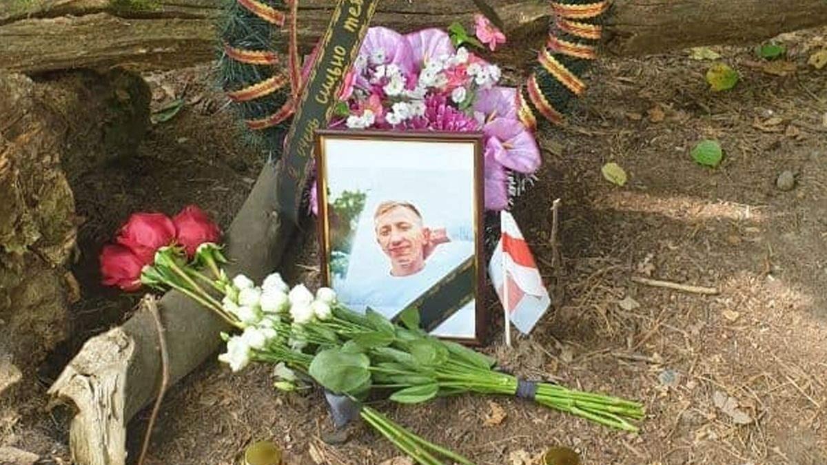 В Киеве на место убийства Шишова приносят цветы и флаги Беларуси