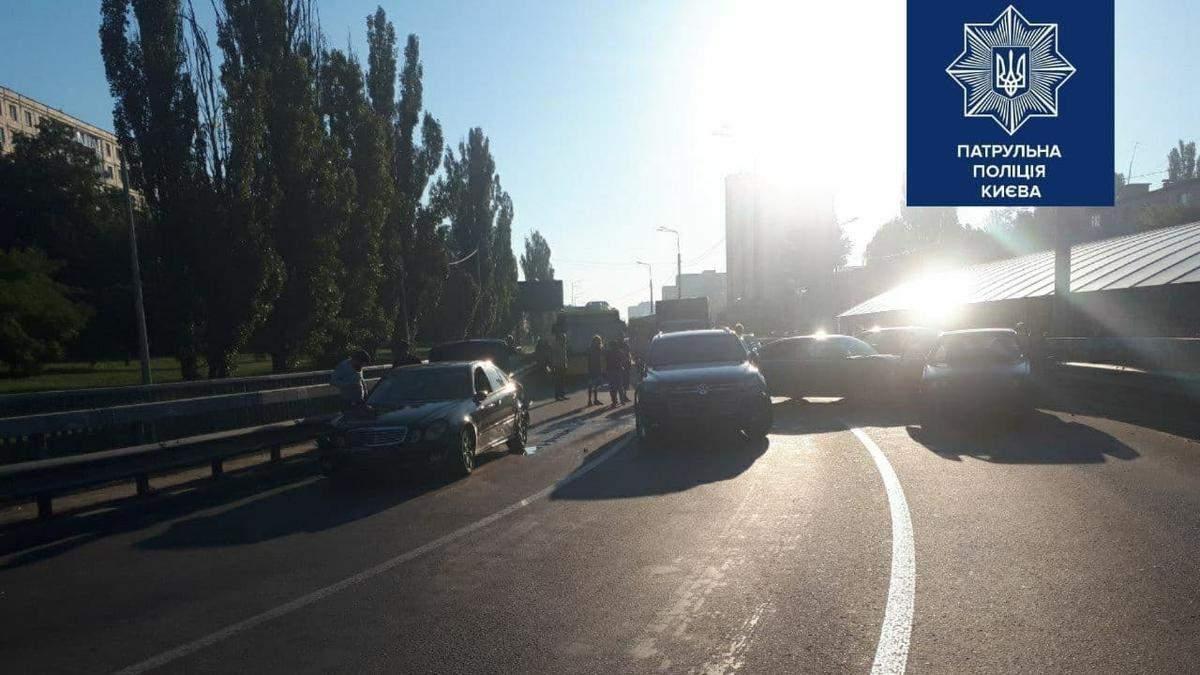 У Києві зіштовхнулися 5 машин, виїзд на Кільцеву заблоковано