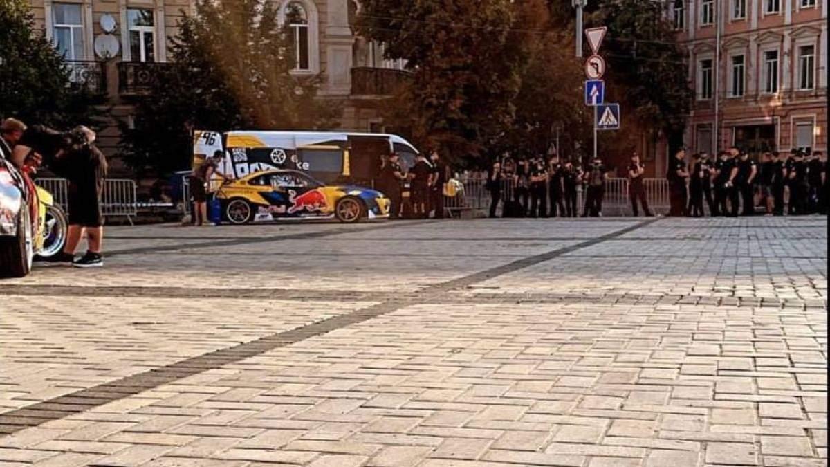 Дрифт на Софійській площі: поліцейські спостерігали – фото