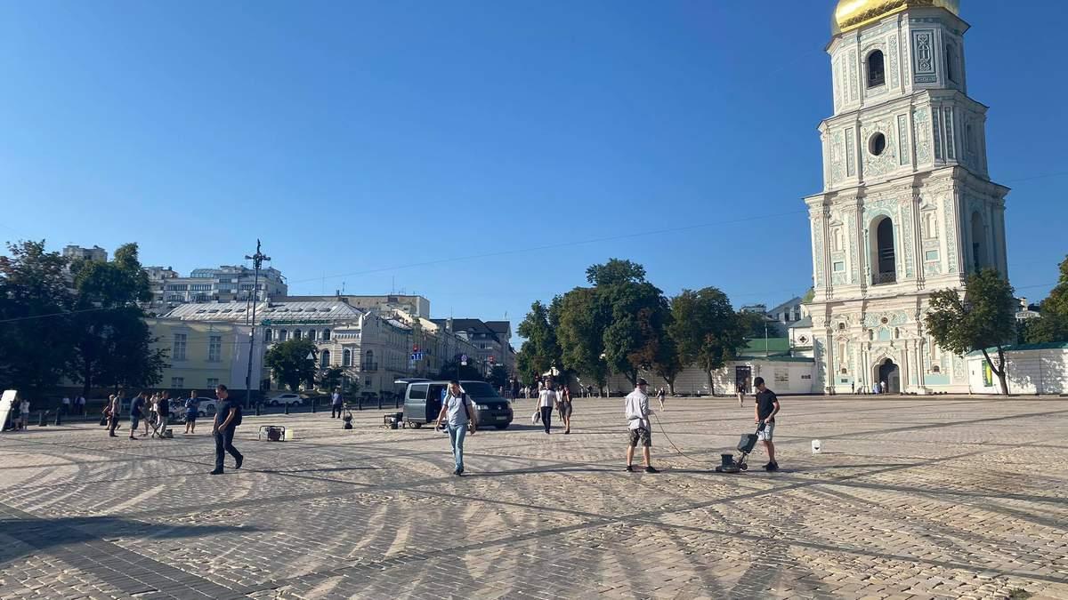 Софійську площу прибирають від дрифту Red Bull: фото, відео