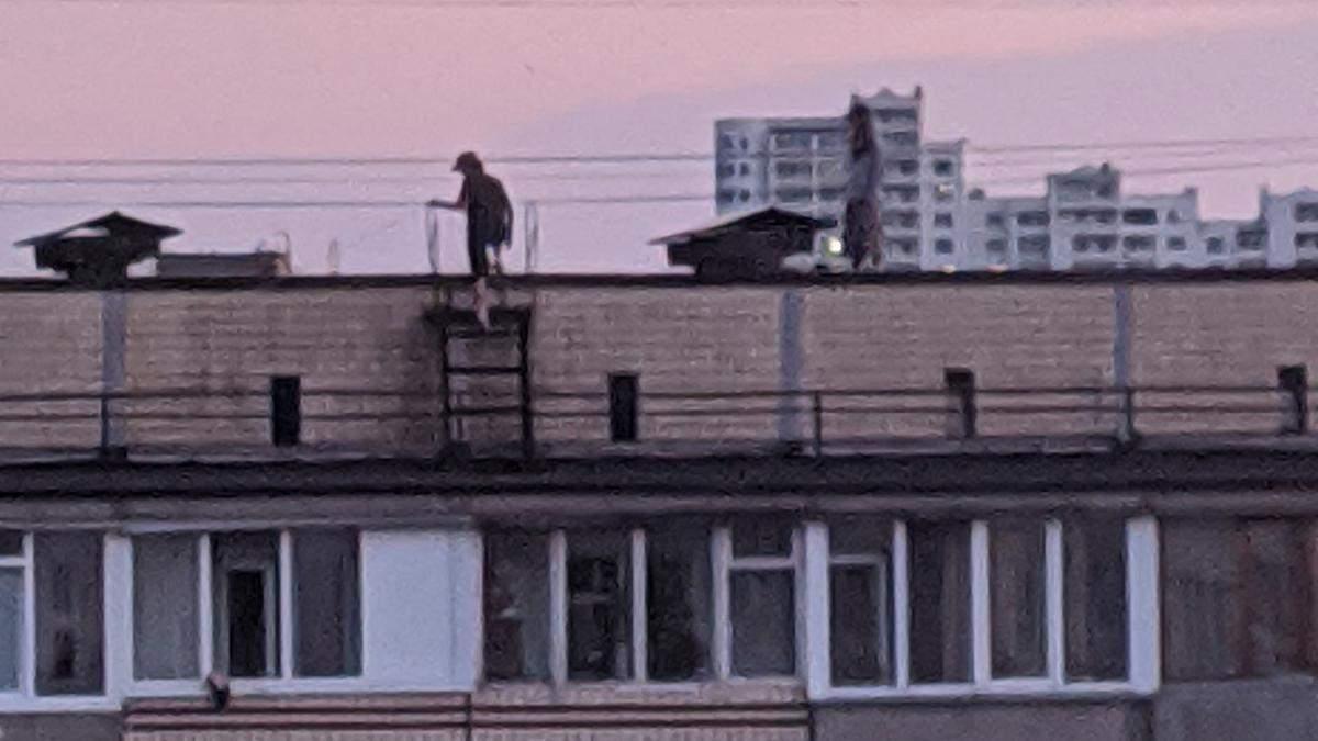 Під Києвом діти каталися на скейтах на даху багатоповерхівки