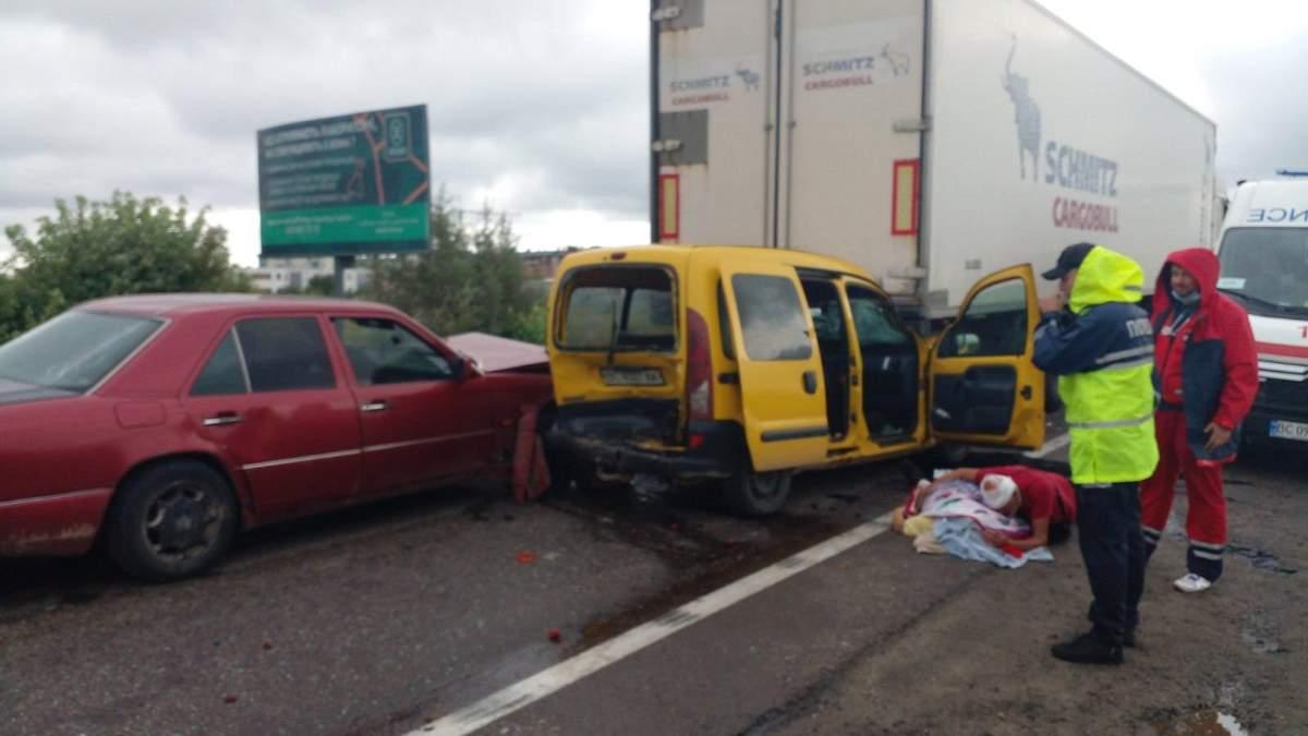 В тройном ДТП возле Львова погибла пассажирка Renault: фото и видео