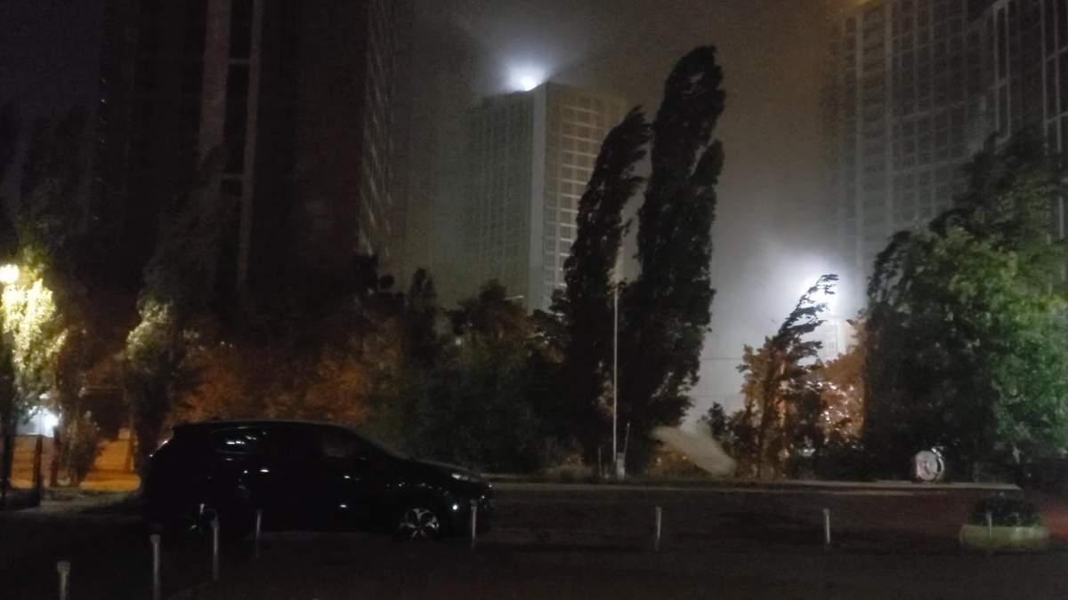Київ і передмістя накрила буря: очі засипає піском, сміття здійнялося в повітря - Київ