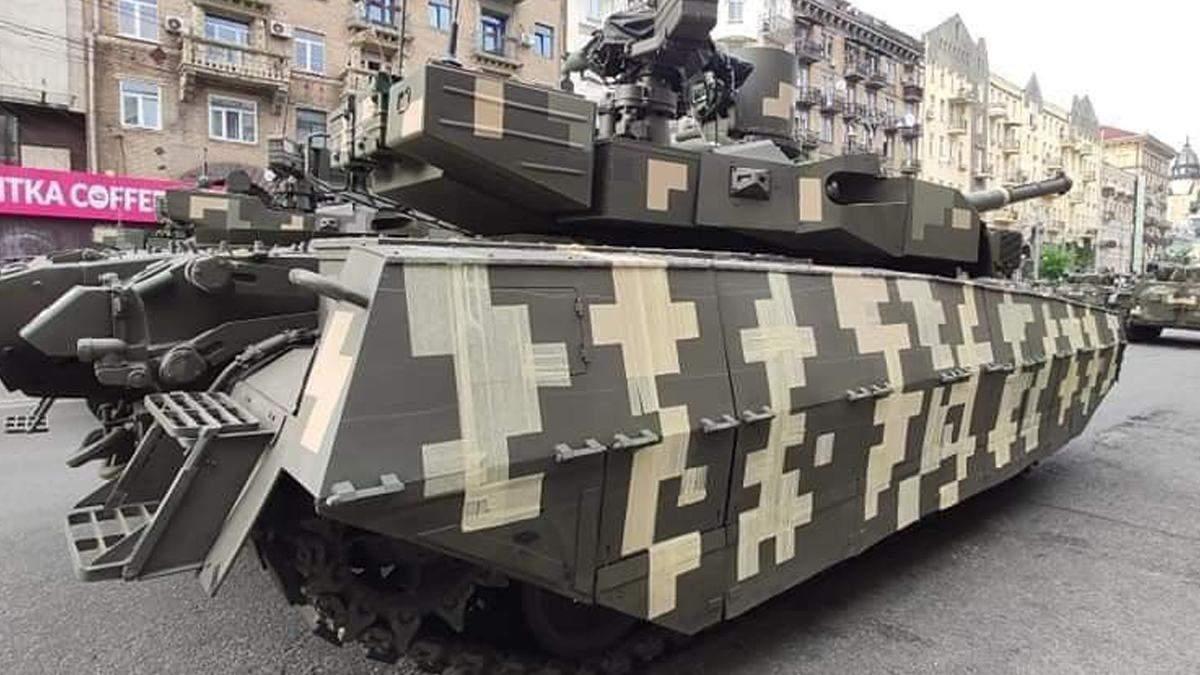 На репетиции парада увидели танк с камуфляжем из скотча: почему его так обклеили