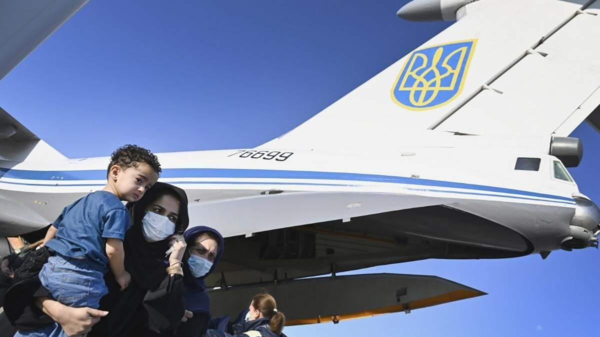 Українські військові – справжні герої, – афганська журналістка після евакуації - Україна новини - 24 Канал