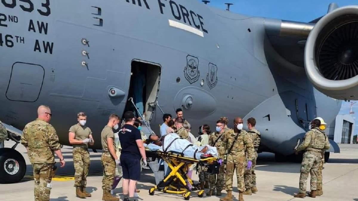 Афганська біженка народила на борту літака: пілоти знизили висоту для її порятунку - 24 Канал
