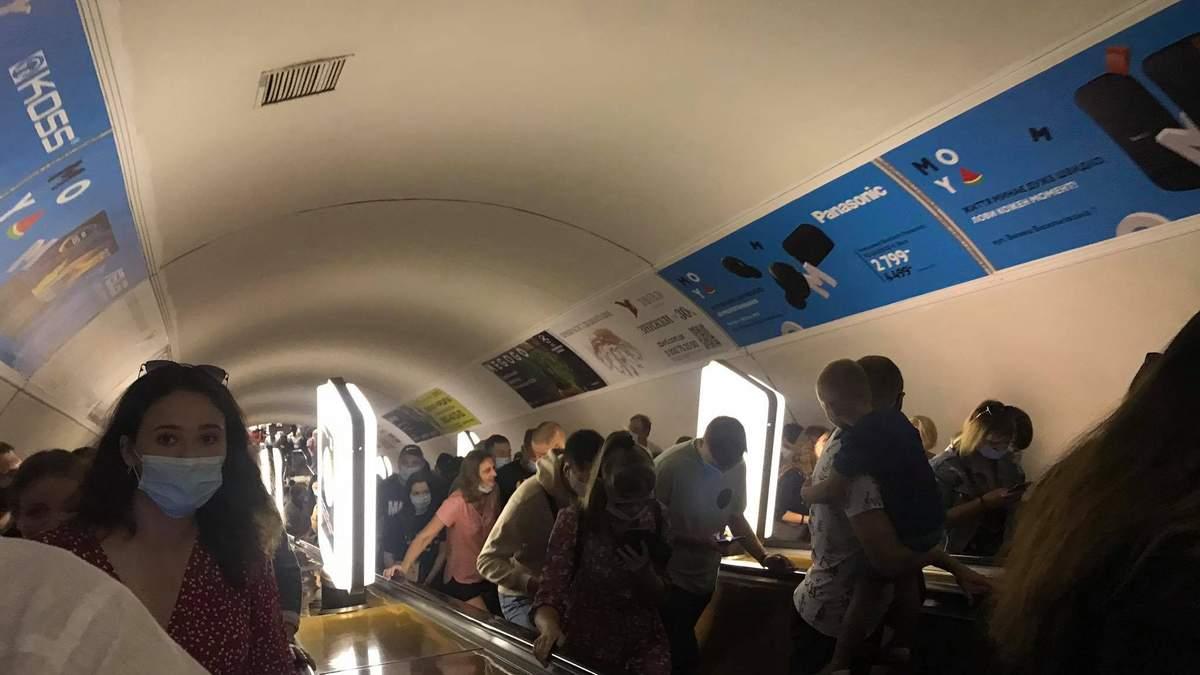 У Києві закрили на вхід дві станції метро: відео натовпу людей - Україна новини - Київ