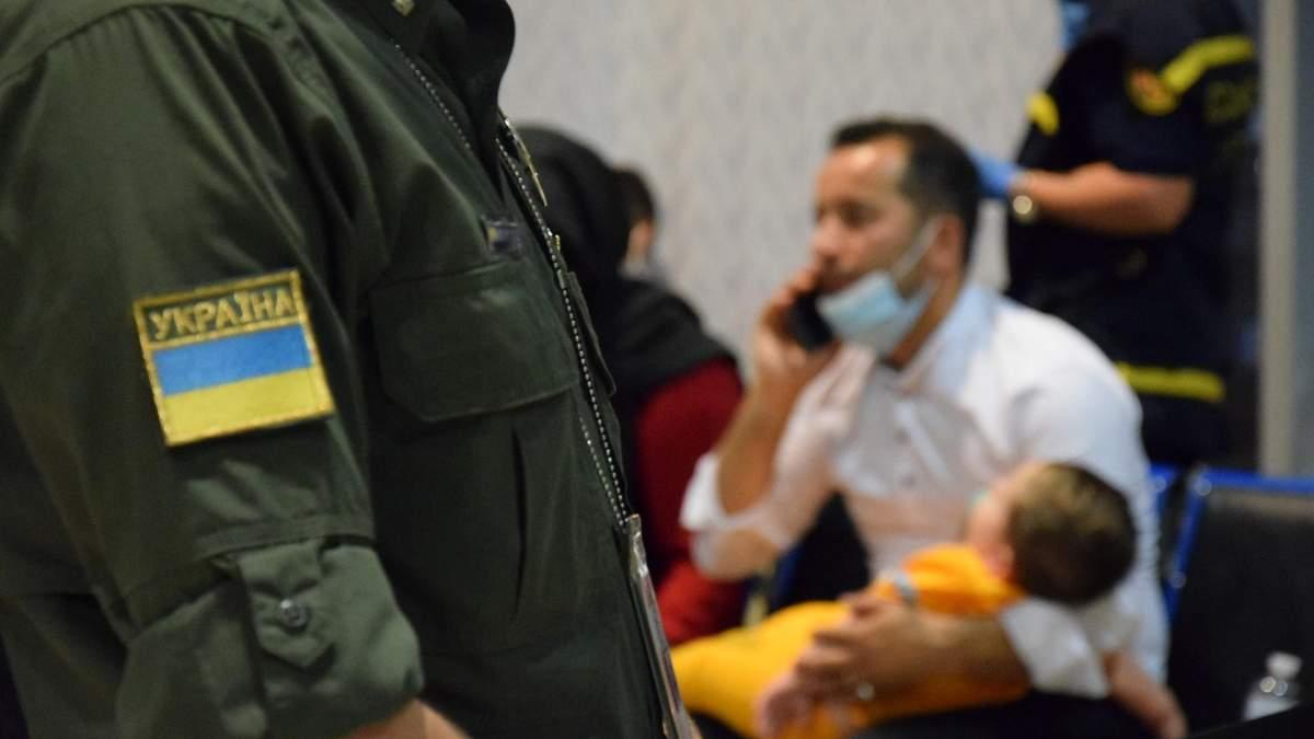 65 афганців, яких евакуювала Україна, попросили статусу біженця - 24 Канал