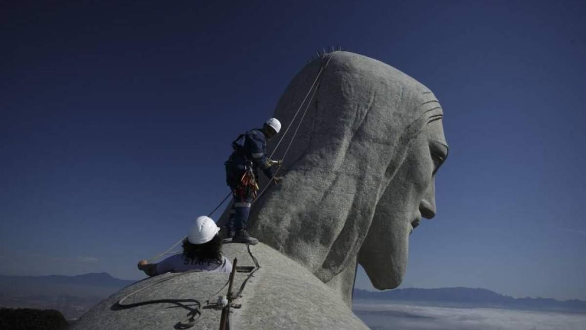 В Рио-де-Жанейро мужчины забрались на вершину статуи Иисуса Христа