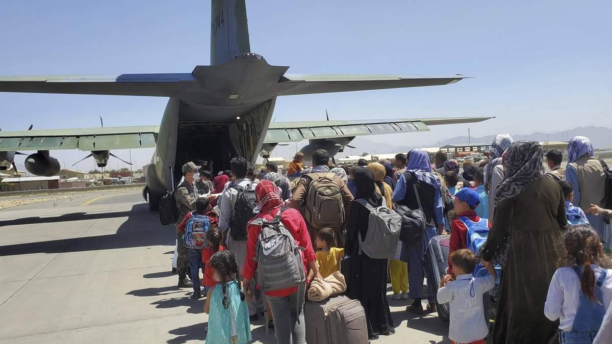 Таліби вичікують останню добу, – журналіст про напругу в аеропорті Кабула - Україна новини - 24 Канал