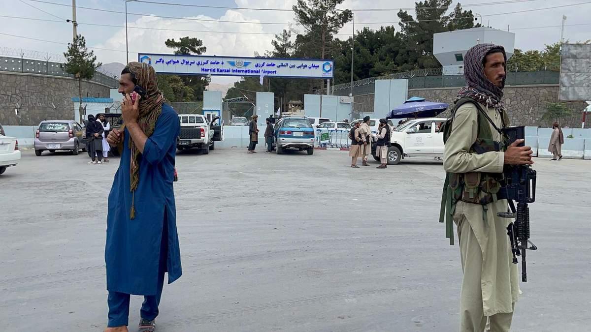 США заключили тайное соглашение с талибами, чтобы те сопровождали американцев в аэропорт