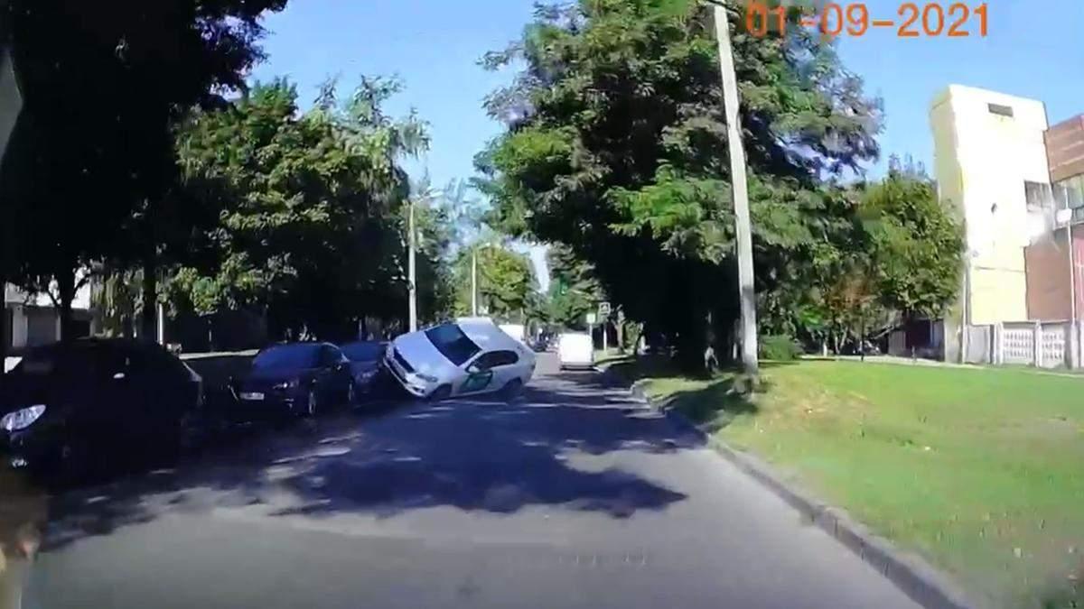 Такси Bolt подлетело и перекинулось: сняли жесткую аварию в центре Днепра