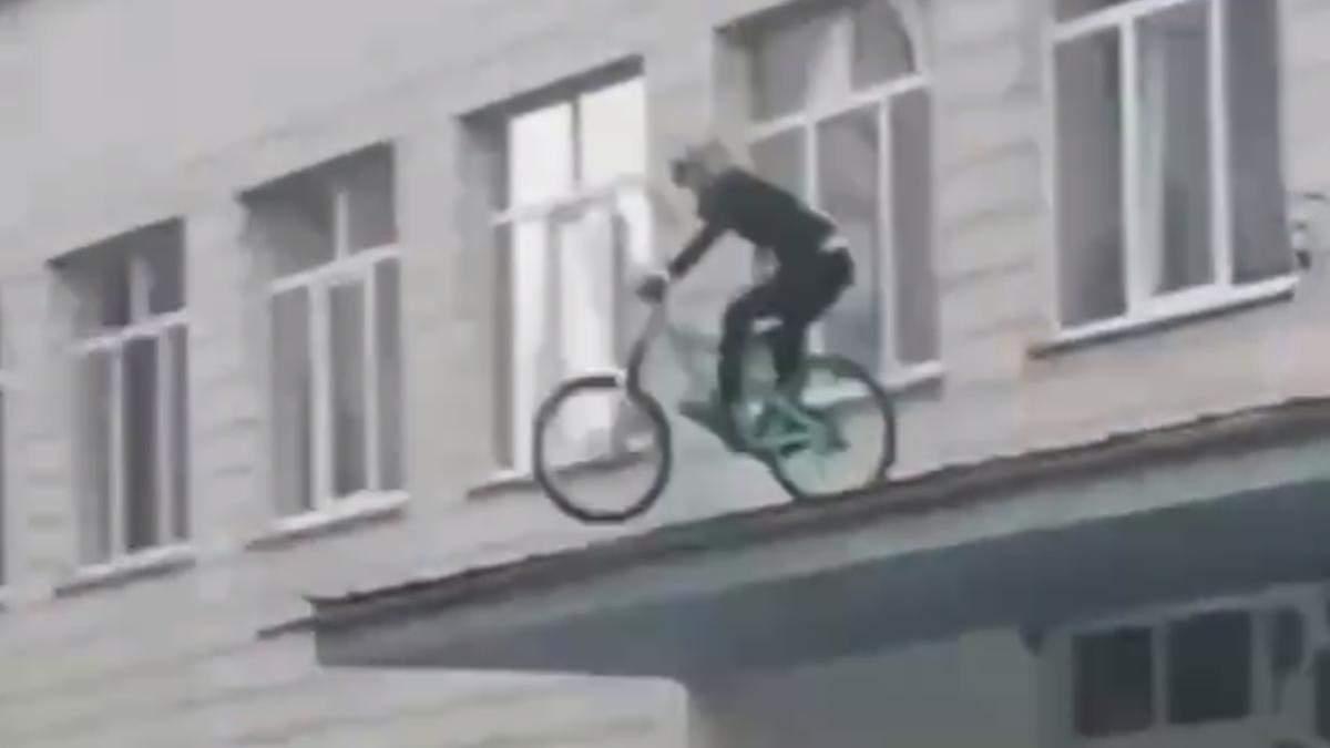 Киевский ученик упал с козырька школы во время катания на велосипеде: эпическое видео