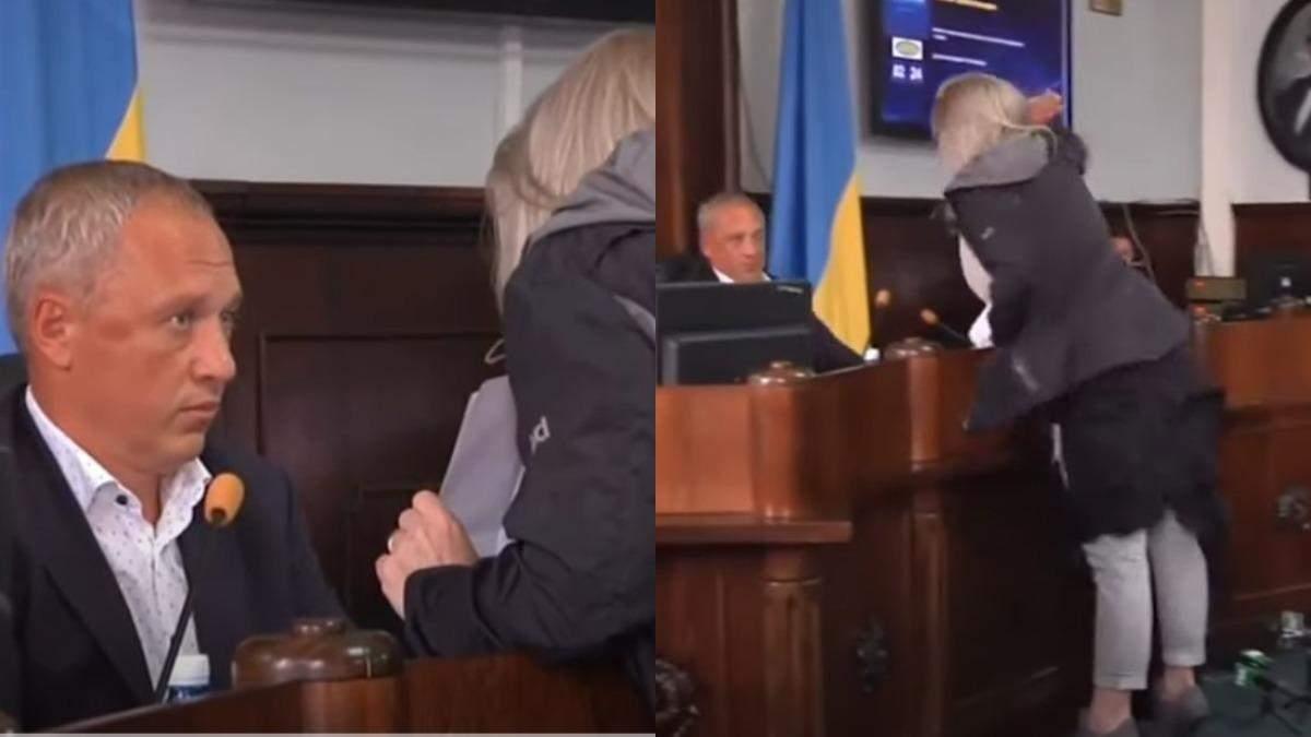 В Черновцах женщина едва не избила мэра Кличука во время сессии горсовета: эмоциональное видео