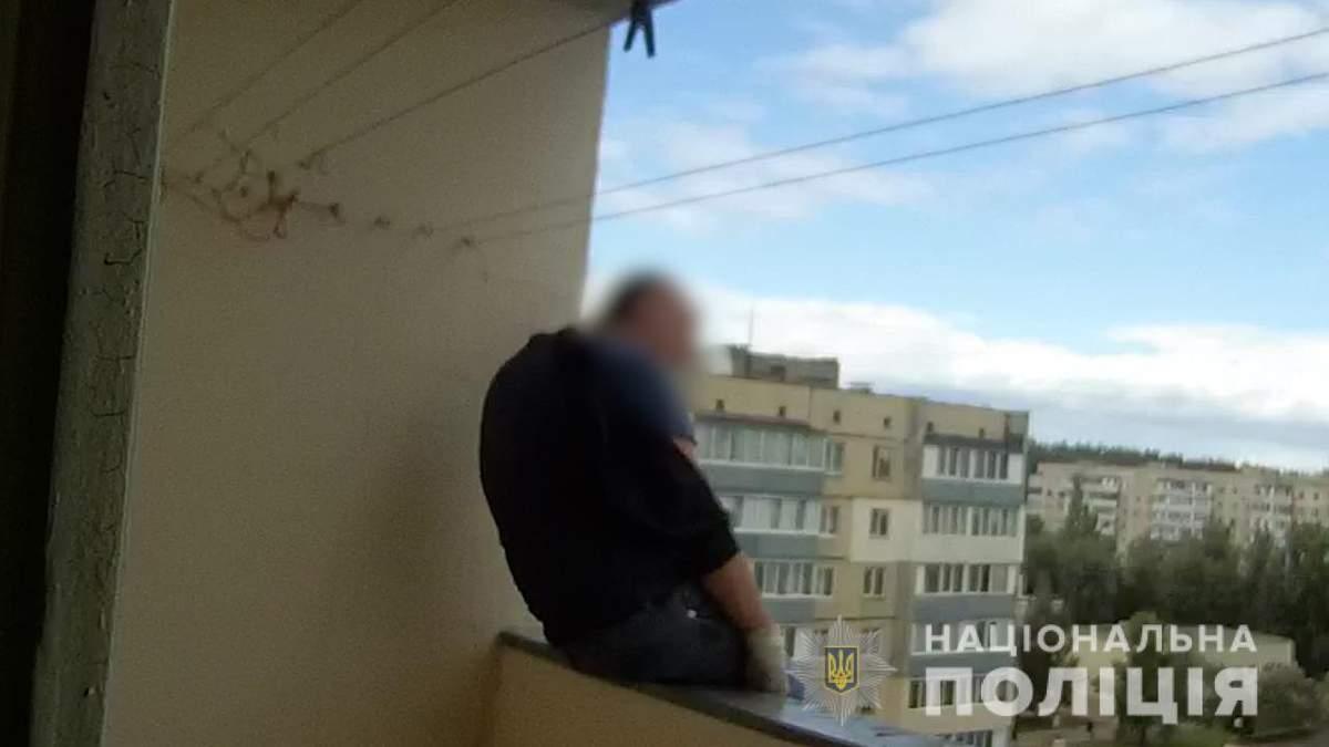 На Киевщине житель дома хотел прыгнуть с балкона 9 этажа: видео с места