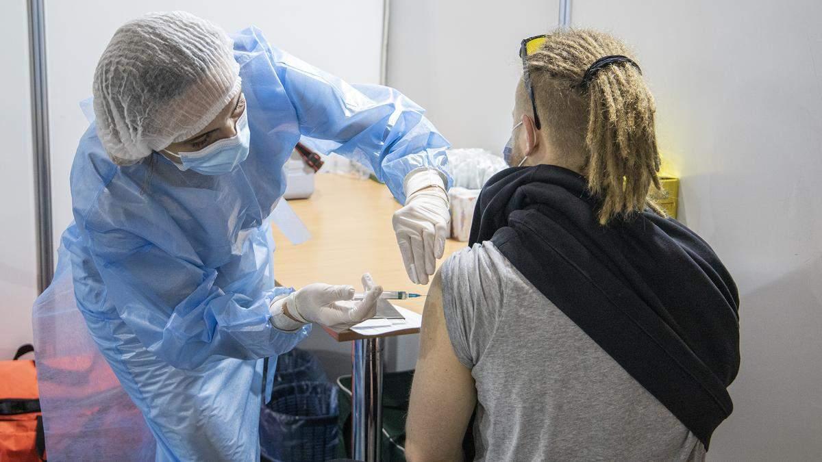 В Киеве открылись 6 новых центров прививок от COVID-19