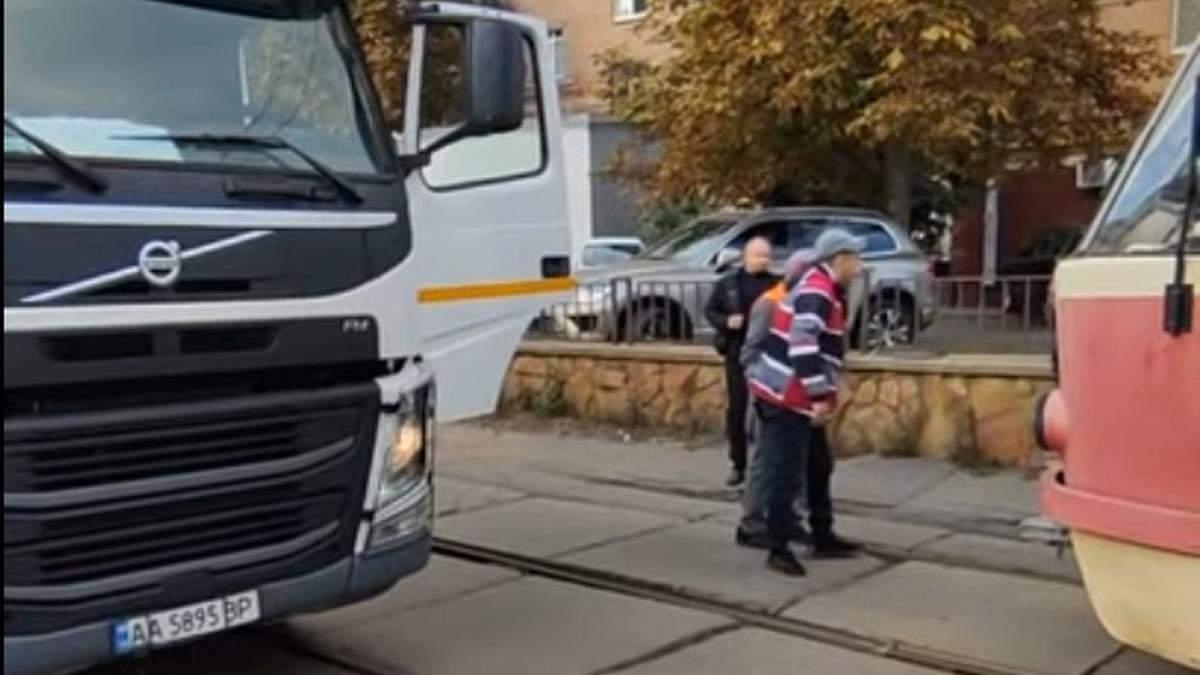 У Києві на Подолі побилися водії трамвая та сміттєвоза: епічне відео - Київ