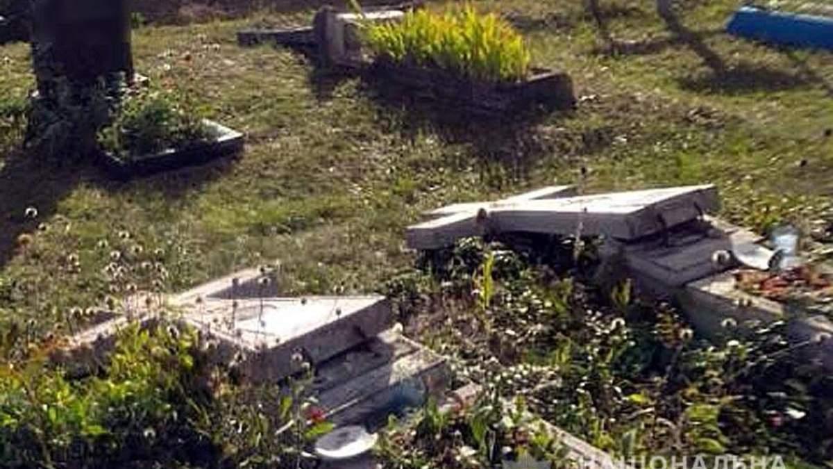 На Полтавщине дети разгромили кладбище: фото разрушенных памятников