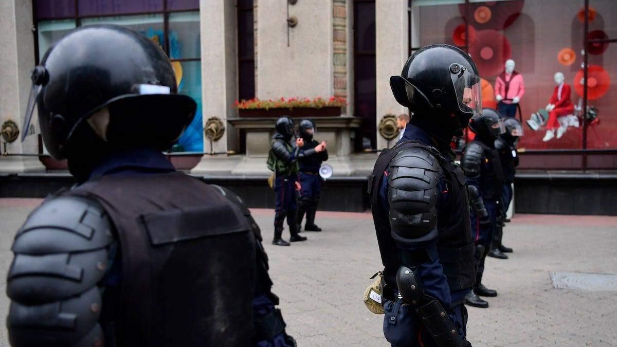 За пивний келих, кинутий в автобус міліції: білоруса засудили до 2 років колонії - новини Білорусь - 24 Канал