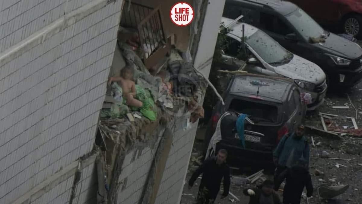 Сидить на краю уламків: у мережі опублікували моторошне фото малюка після вибуху в Росії - Новини росії - 24 Канал