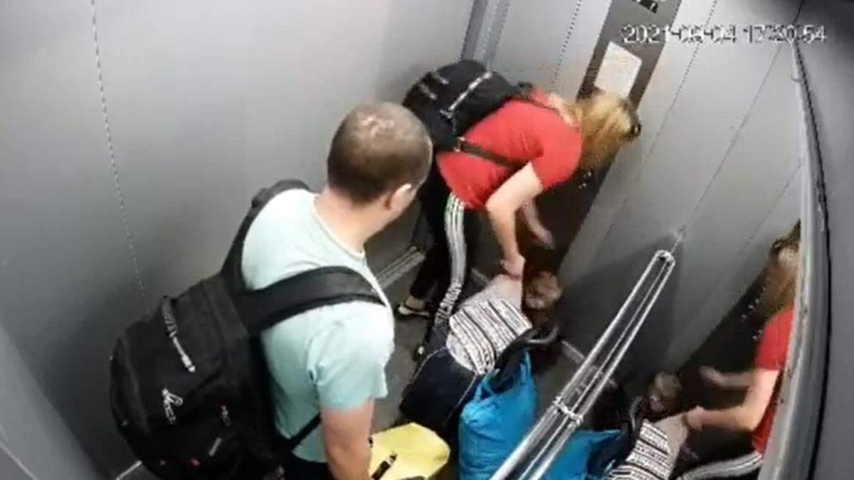 Батько лупцював, а мати підтримала: камери зняли звірське побиття дитини в Одесі - 24 Канал