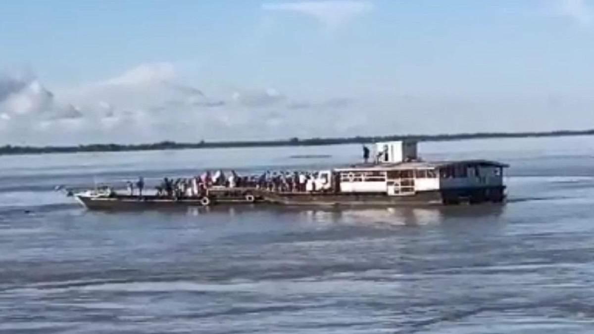 Стрибали у воду, щоб врятуватися: в Індії десятки людей зникли безвісти через зіткнення суден - 24 Канал