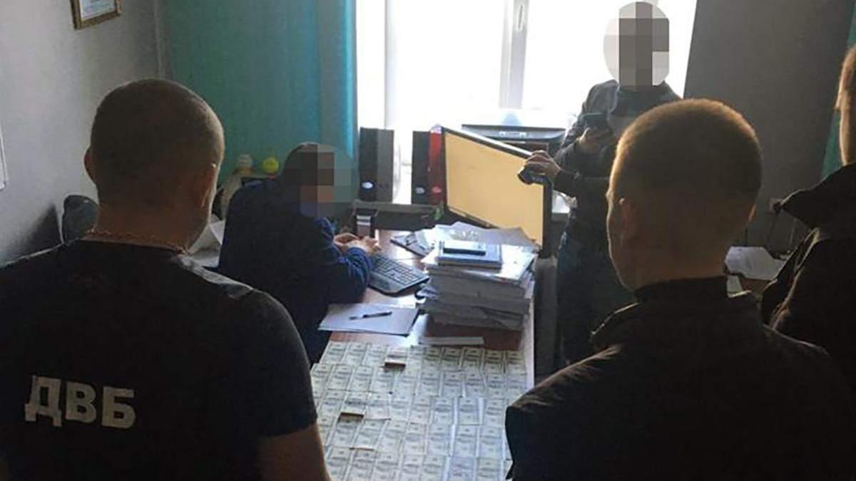 У Києві чоловік давав хабар слідчому за себе та брата