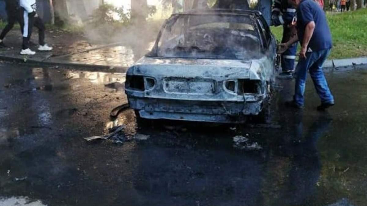 Остался только кузов: во Львове посреди дороги дотла сгорело авто