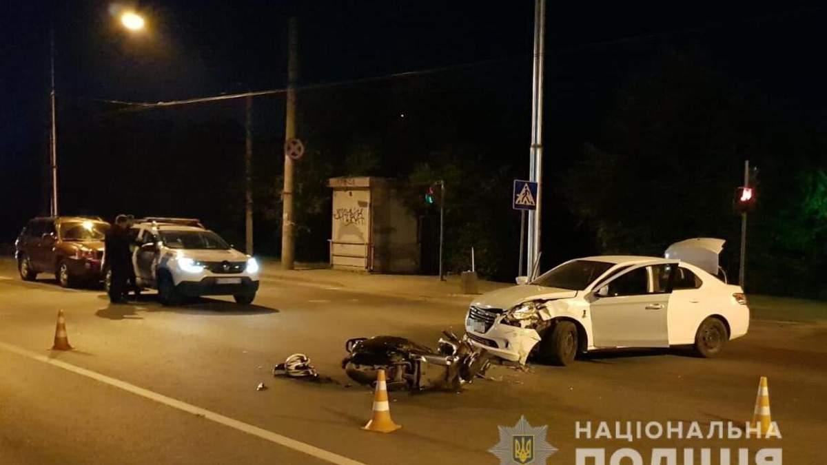 Во Львове столкнулись легковушка и скутер: двое попали в больницу