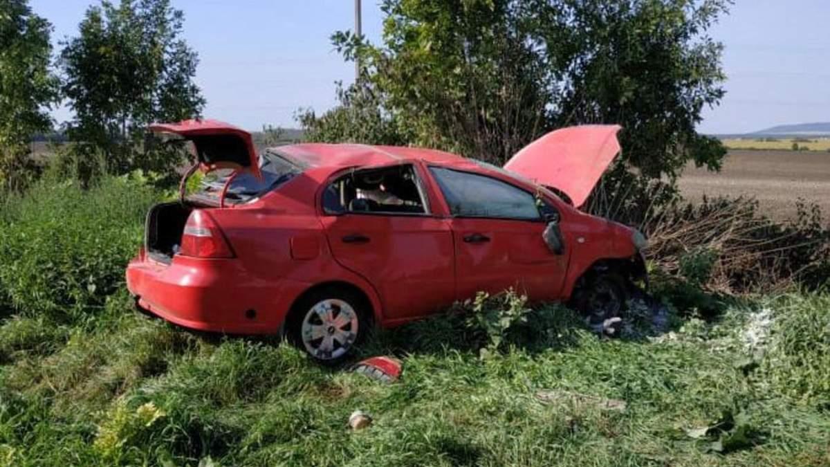 На Львовщине Chevrolet вылетел в кювет и перевернулся: фото с места аварии