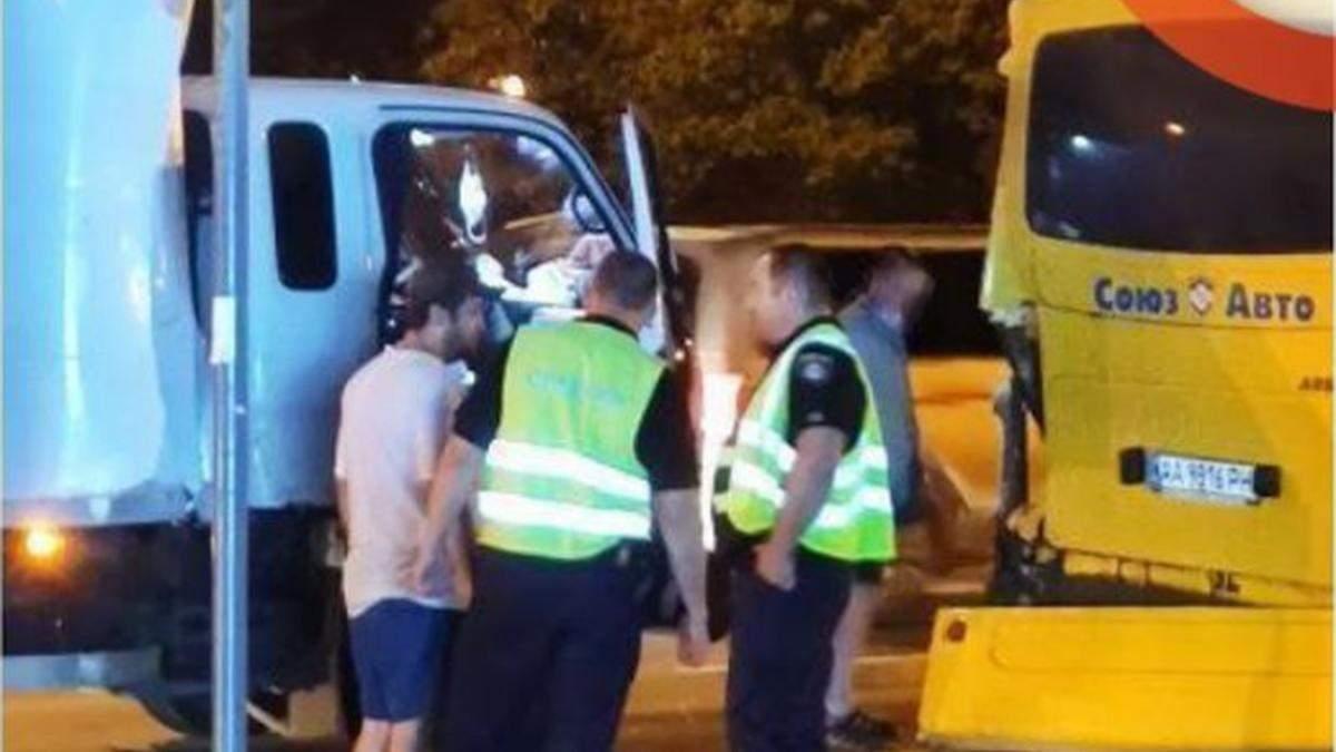 У Києві вантажівка АТБ на повному ходу влетіла у маршрутку: відео - Київ