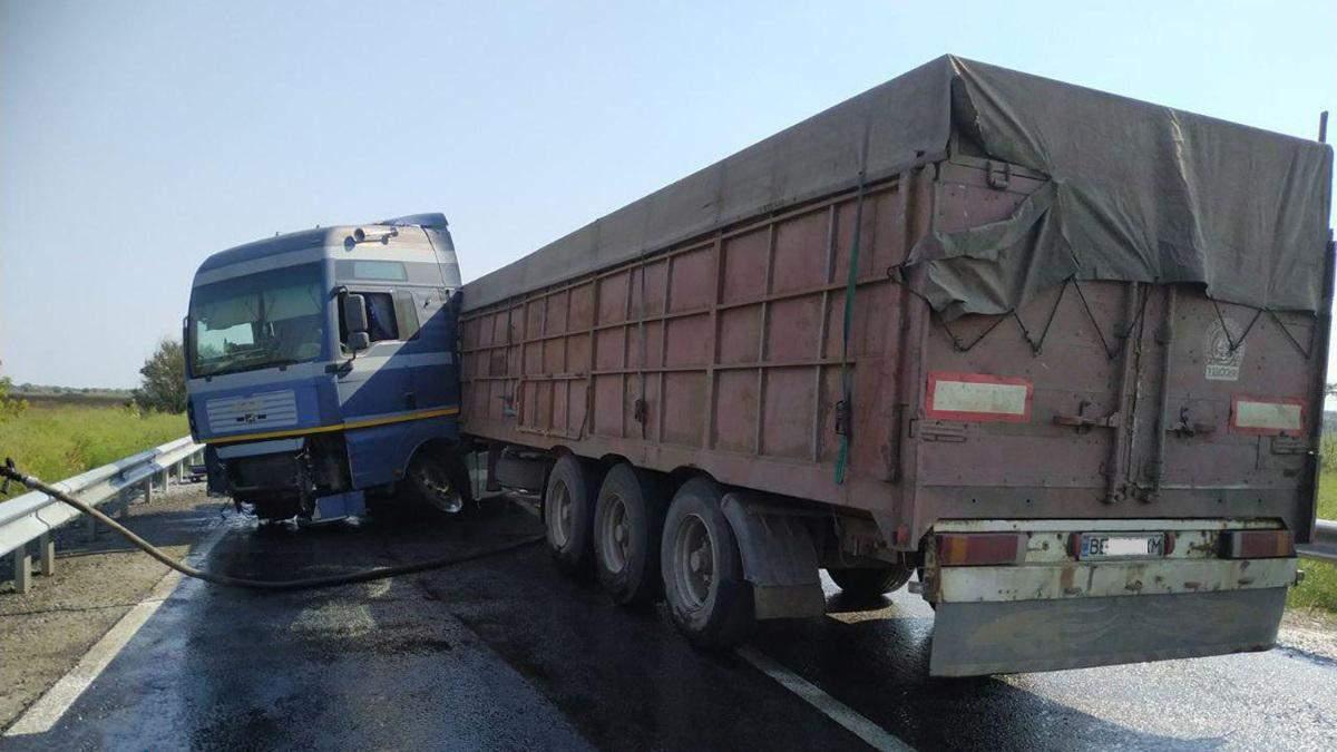 Дорога покрылась горючим из грузовика: под Днепром произошла жесткая авария