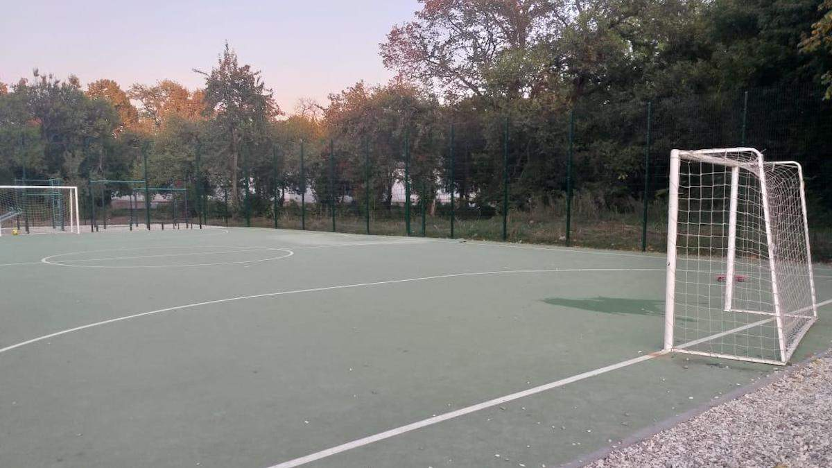 Впали ворота: у Харкові на шкільному стадіоні тяжко травмувався 6-річний хлопчик - Новини Харкова - 24 Канал