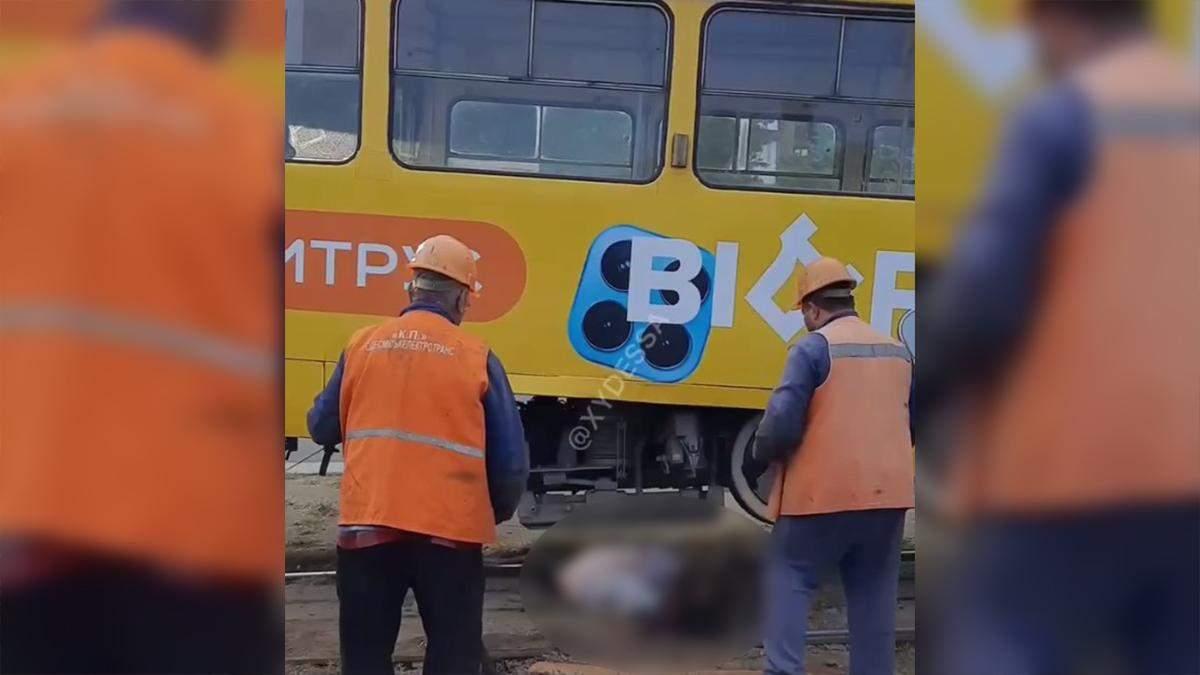 Бабця кинулась під трамвай в Одесі: діставали з автокраном - Новини Одеси - 24 Канал