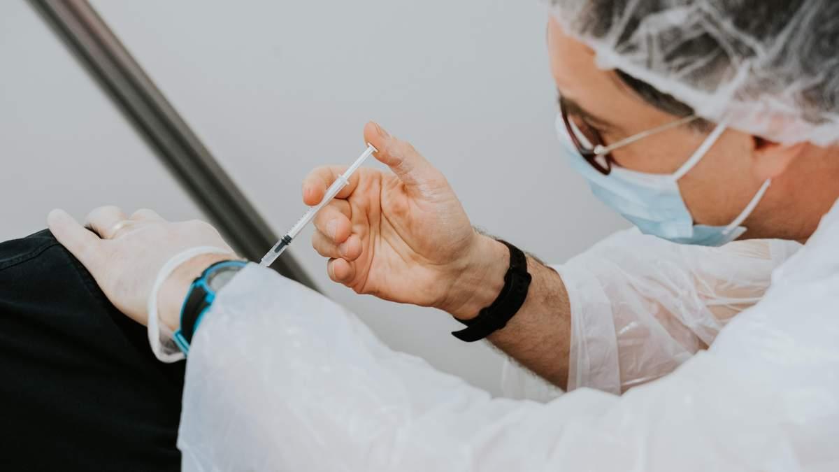Українці не хочуть страждати на локдауні, але й вакцинуватись не планують - Україна новини - 24 Канал