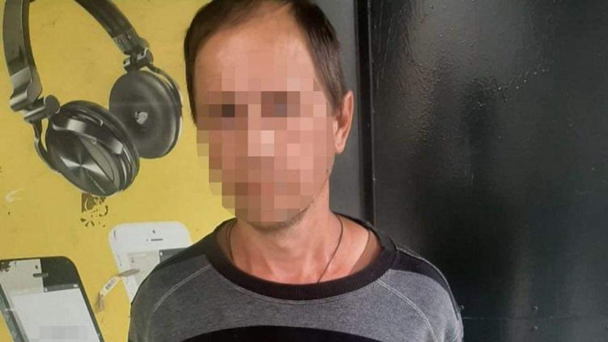 В Киеве мужчина развращал 8-летнюю девочку в школьном туалете