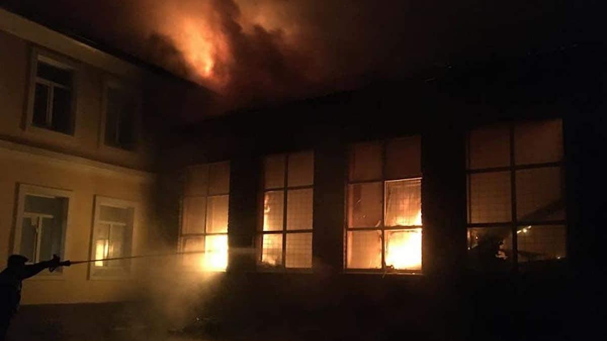 Крупный пожар произошел в школе в Чугуеве – спортзал сгорел дотла - Новости Харьков - 24 Канал