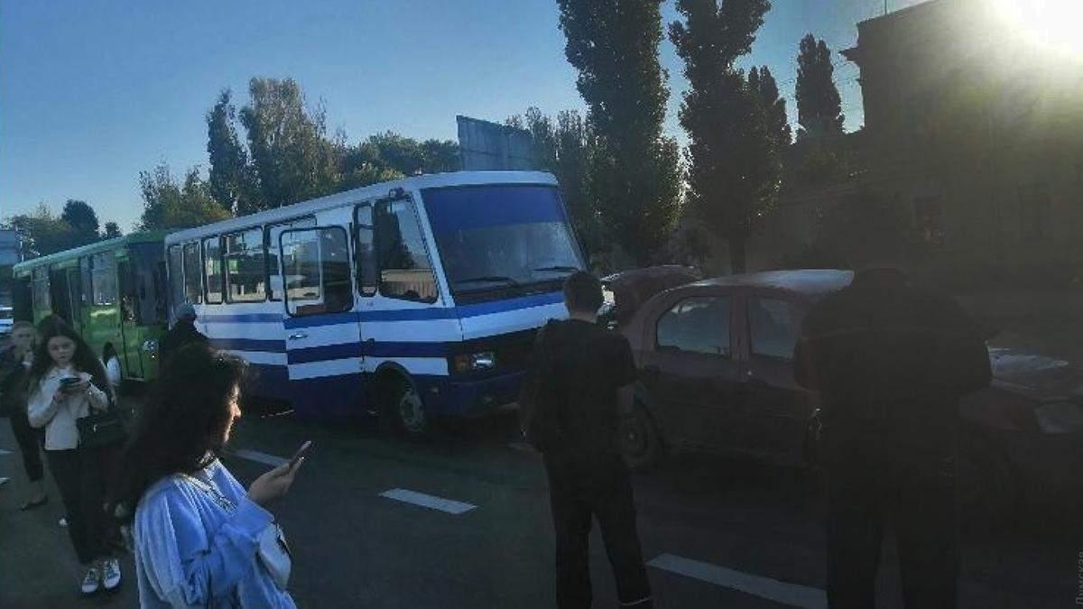 В Одесі зіткнулися 2 маршрутки та легковик: утворився кількакілометровий затор - 24 Канал