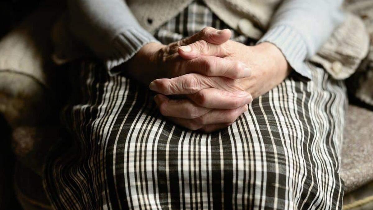 Не давал выходить из квартиры и угрожал: в Киеве мужчина целый год терроризировал бабушку