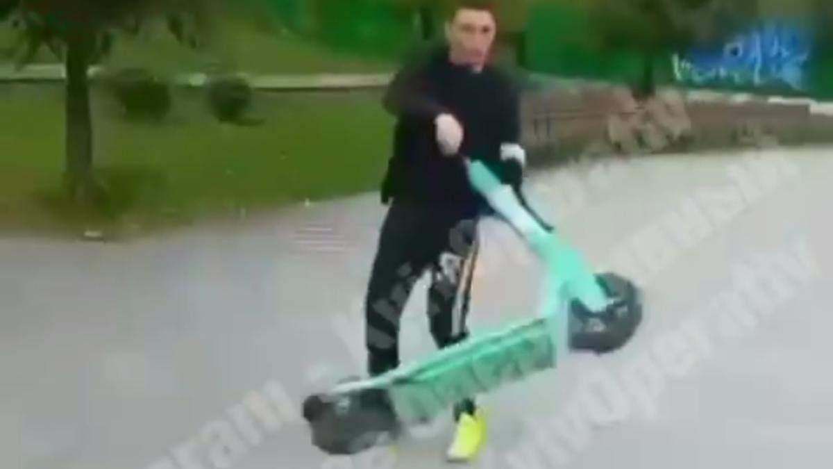 Починаючий блогер: у Києві підліток намагався розтрощити орендний електросамокат - Київ