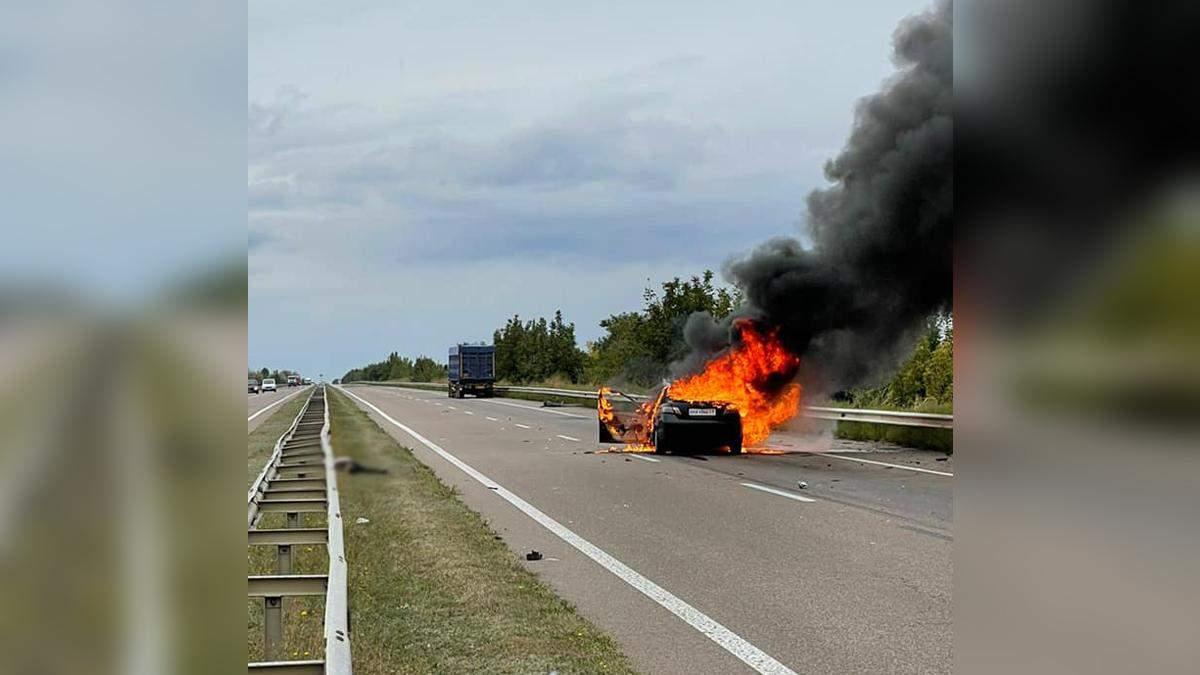 Легковик спалахнув після зіткнення з фурою на трасі Київ – Одеса: є жертва – моторошне відео - 24 Канал