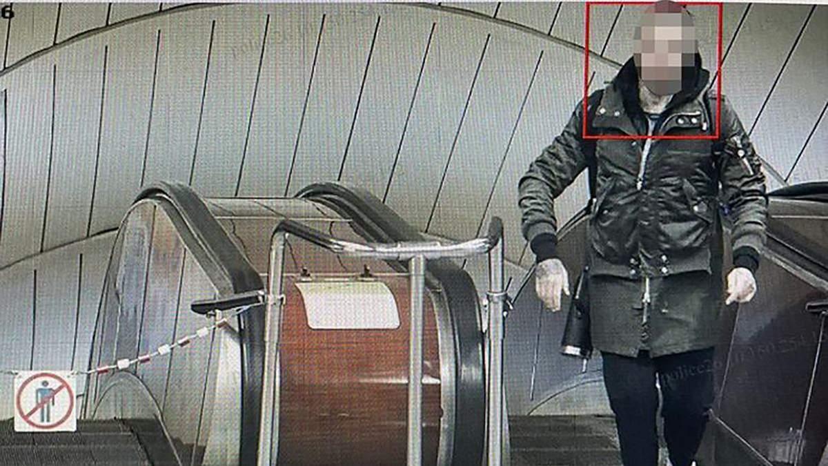 В метро Киева иностранец размахивал пистолетом и ударил пассажирку